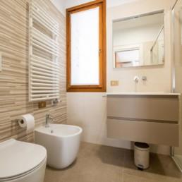 http://www.silvestripavimenti.it/wp-content/uploads/2017/10/ristrutturazione-bagno-bonus-110-pavimenti-rivestimenti-arredobagno-sanitari-doccia-rubinetti-mobile-romano-ezzelino-cassola-silvestri_4804.jpg