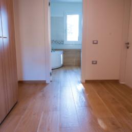 rivestimenti-corridoio-gres-legno-arredo-casa-cassola-silvestri